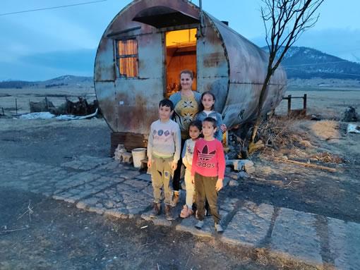 Armeense familie voor containerwoning