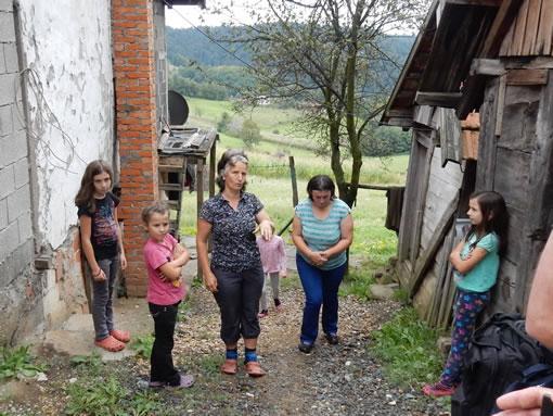 Bosnisch gezin voor hun woning
